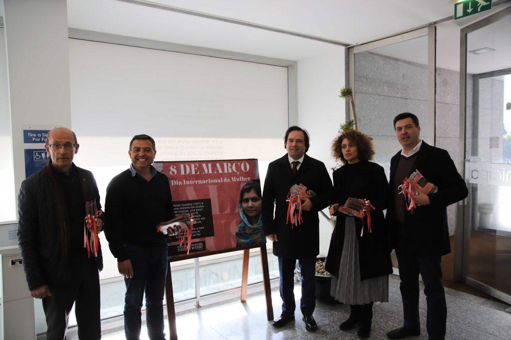 Câmara assinalou Dia Internacional da Mulher com exposição e distribuição de postais