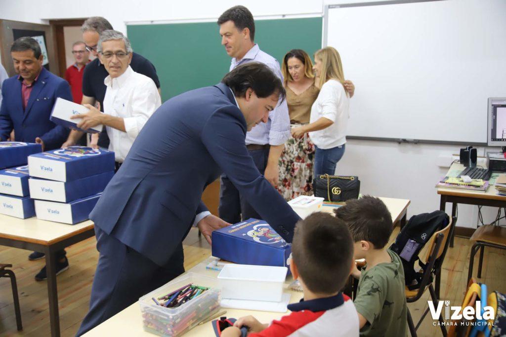 Câmara distribuiu gratuitamente kits de material escolar e livros de fichas/atividades aos alunos do 1º ciclo